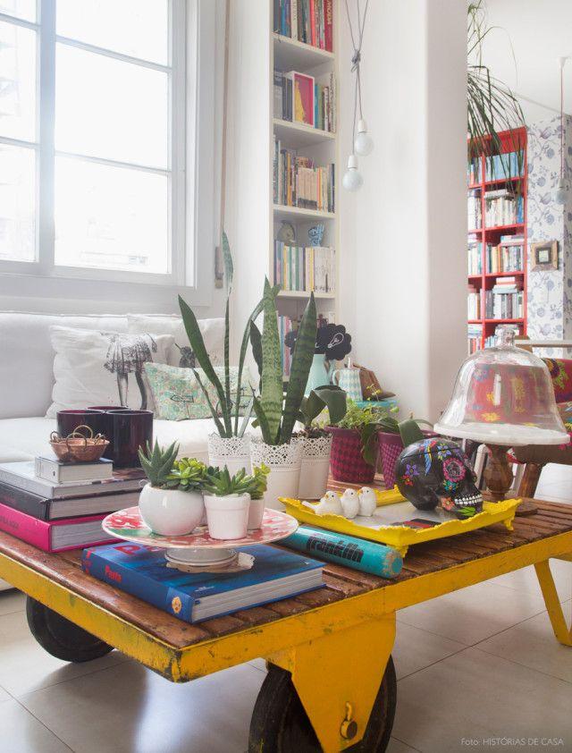 Suculentas decoram a mesa de centro rústica.
