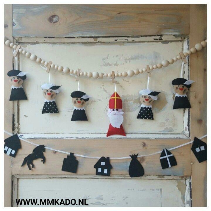 Zwarte Pieten, roetveegpieten en Sinterklaas. Gemaakt van vilt. Verkrijgbaar in onze webwinkel Mmkado. Neem je eens een kijkje?
