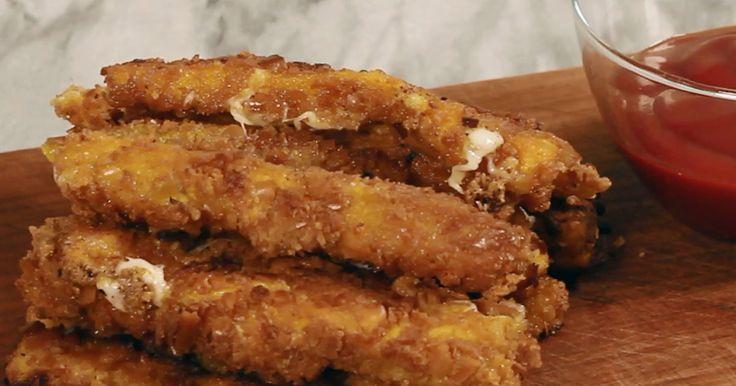 Un antipasto goloso e filante, da consumare con moderazione in quanto formaggio fritto! Irresistibile la panatura di grissini che regala ai bastoncini una croccantezza che contrasta con il formaggio morbidissimo all'interno. Un vero peccato di gola!
