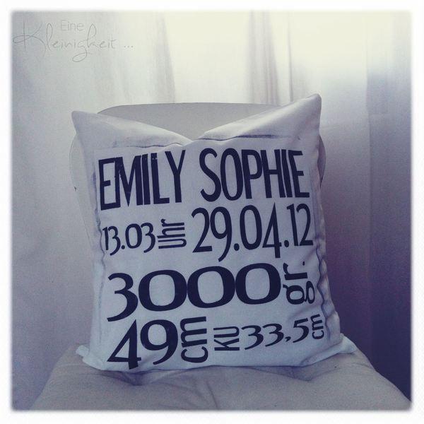 Ein schönes Kissen mit dem Namen und den Geburtsdaten (Tag, Uhrzeit, Gewicht, Größe und Kopfumfang.    Ein schönes Geschenk zur Geburt oder zum Geburt