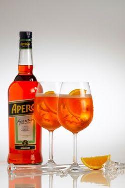 Aperol est un apéritif léger à base d'herbes douces, plantes et fruits, de couleur orange vif, créé en 1919 par les frères Silvio et Luigi Barbieri à Padoue en Italie. Aperol est le fruit d'une i...