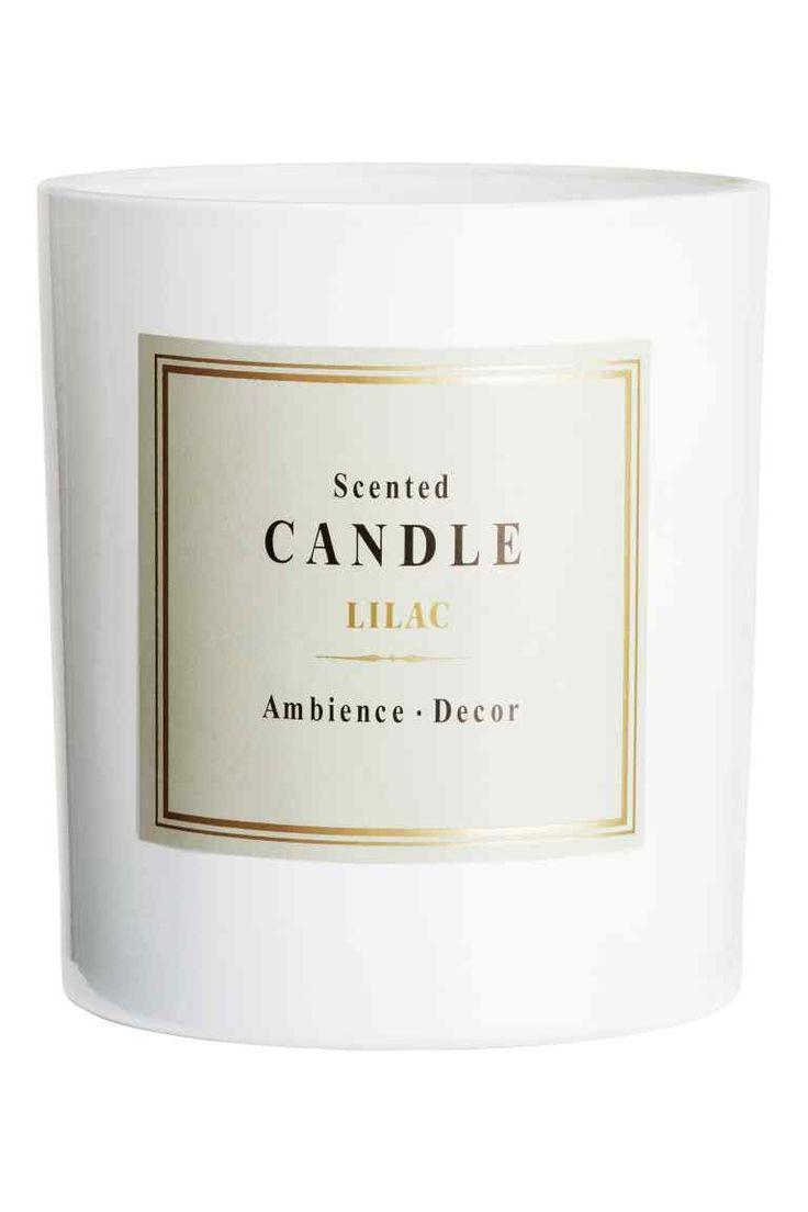 Bougie parfumée: Bougie parfumée dans un récipient en verre. Dimensions 8x9 cm. Durée de combustion 28 heures.