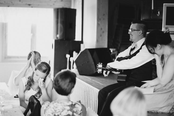 Bröllopsfotograf i Stockholm Brudgum spelar För dig av Lars Winnerbäck för bruden