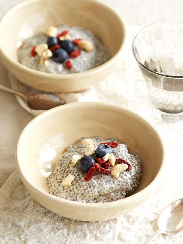 チアシードを液体に浸して冷やし固めるだけ! ゼラチンや卵液がなくても固まるプディングは、チアシードレシピの定番。ミルク風味のチアプディングは、マイルドな甘味がほっこりとあとを引くおいしさ。アーモンドミルクやココナッツミルク、ライスミルクなど好みのミルクで試してみて。|『ELLE a table』はおしゃれで簡単なレシピが満載!