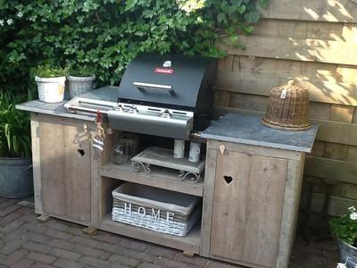 Foto: Buitenkeuken gemaakt van steigerhout en tuintegels als aanrecht. Geplaatst door Xavi op Welke.nl