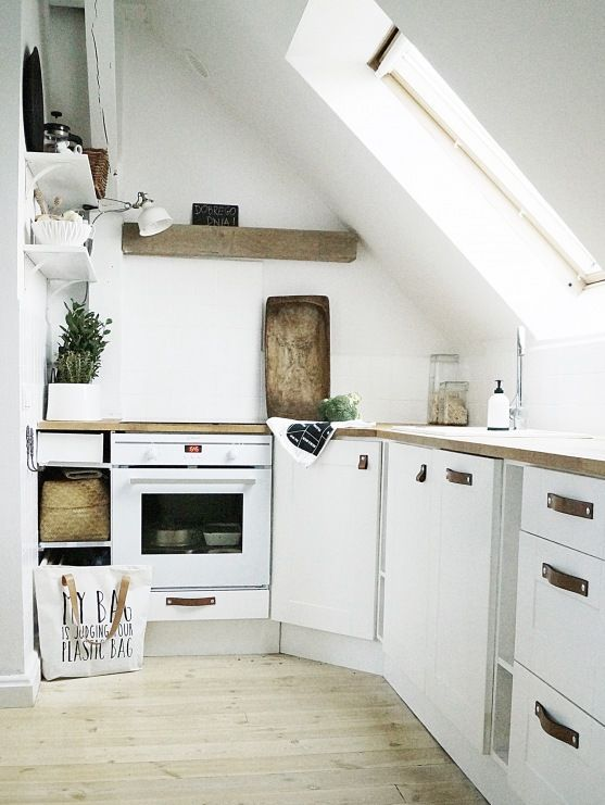 eine kleine moderne küche mit rustikalen holz akzente und