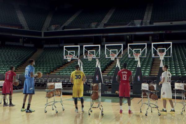 Jogadores da NBA fazem música natalina com cestas de basquete para divulgar os uniformes especiais para o Natal. #nba