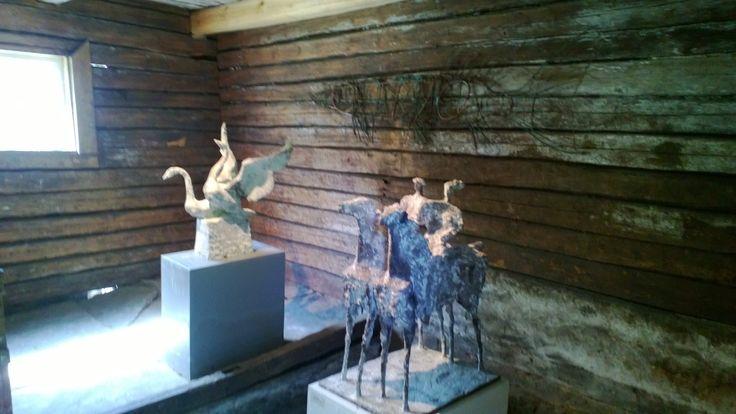 Taidekeskus Salmela, vanhoissa pienemmissä rakennuksissa on myös taidetta esillä.