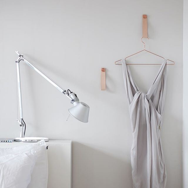 The Stropp hangers in natural leather add subtle details to the bedroom in the home of @suvim_valkoinenharmaja.