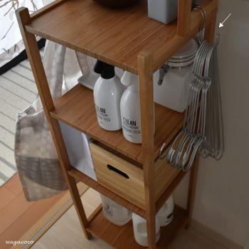 バラバラとしがちな「ハンガー」。キレイに重ねて「S字フック」に吊るせば、使いやすく便利。洗濯アイテムをまとめているラックにかけておくのがおすすめです。