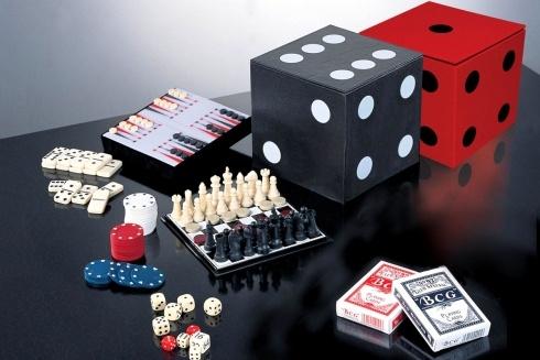 6 GIOCHI IN UNO IN BOX DADI. Box a forma di dado con all'interno sei giochi di società di cui dadi, backgammon, dama, scacchi, domino e carte