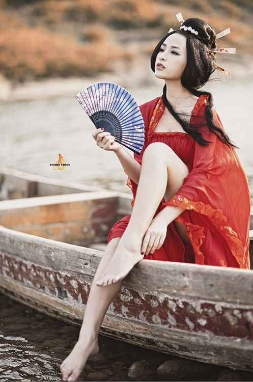 How is geisha related to a chinese woman (or at least an asian woman in chinese dress)?