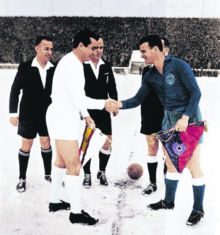 El partido de la nieve. 1956-29.01- Partizan de Belgrado 3, Real Madrid 0. Miguel Muñoz, capitán del Real Madrid, se saluda con Bobek, capitán del conjunto yugoslavo, antes del comienzo del partido