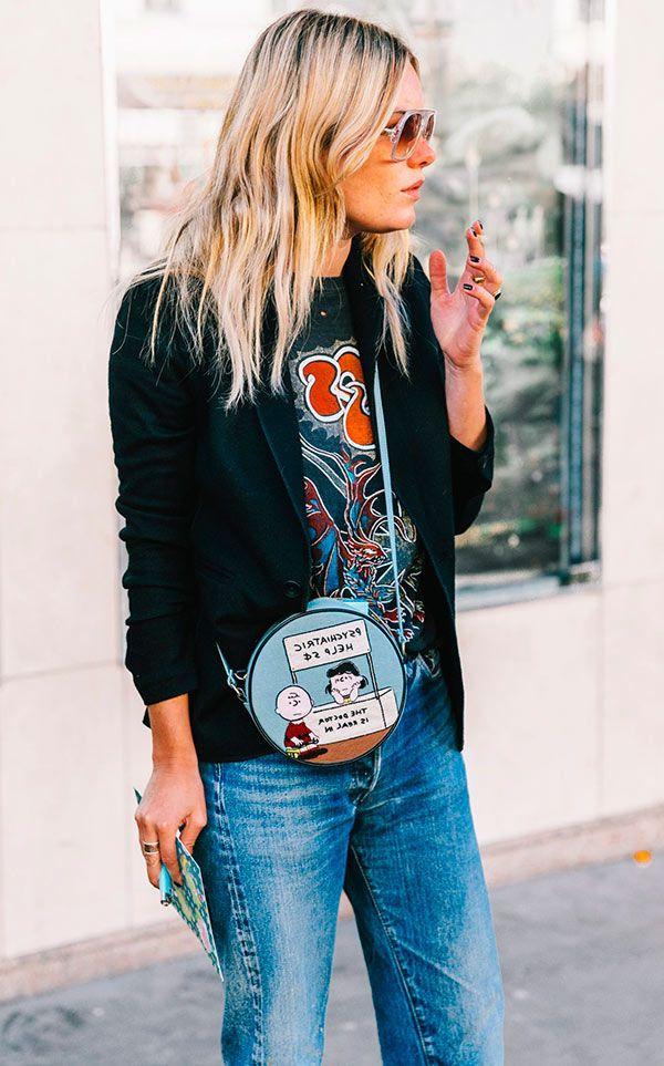 Street style look com camiseta e blazer