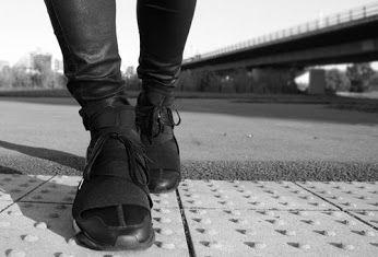 Y sta per Yamamoto, 3 rappresenta il logo di Adidas. Nell'ottobre del 2002 è nata questa bizzarra collaborazione che segnò l'inizio dell'incontro tra il mondo della moda e lo sport. Yohij Yamamoto rappresenta il design mentre Adidas si rivolgere agli sportivi, insieme stanno creando una linea di scarpe, borse, abbigliamento e accessori dando un nuovo futuro allo sportwear sia da uomo che da donna.  Qual'è il modello più rappresentativo di Y3? Chiaramente è la Qasa High! Disponibile da…
