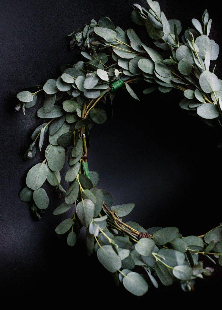 Folliage crown made with eucalyptus.  Corona hecha con hojas de eucalipto.