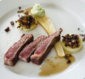 Gerijpt rundvlees, duxelle, aardappelschijfjes en pastinaak. - Recepten - Culinair - KnackWeekend.be