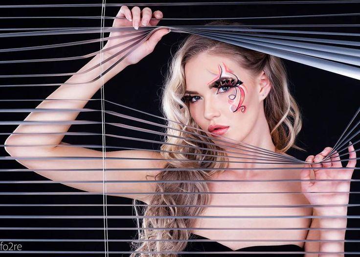Behind the blinds  Foto: @fo2re  Modell: @inebredesen  Mua: @m3lissalexandra  #photoshoot #model #beauty #beautyfulmodel #makeupartist #makeupartistsworldwide #lorealtruematch #makeup #girl #photo #makeupfun #creativemakeup #creativemakeupartist #creative #flowemakeup #makeupinspo #makeupinspiration #curls #hairextensions #fasionmakeup #blinds