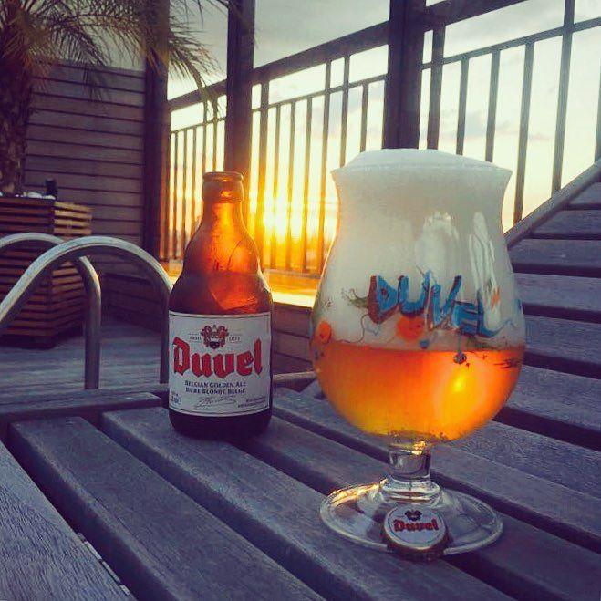 Esse aqui é meu bom dia para a sexta-feira dessa semana curta!  Final de semana tá aí já hein cervejeiros espero que já tenham recuperado o fígado perdido no carnaval! Cheers!  #beersommelier #beergeek #mariacevada #planetacervejeiro #revistabeerart #piwo #pornbeer #pivo #lajehomepub #caps #cheers #cerveja #cerveza #bier #beer #brew #tcherveja #vaiumabrejaai #horadogole #sommelier #craftbeerporn #pornbeer #beergasm #beerphoto #sunset #confraria27