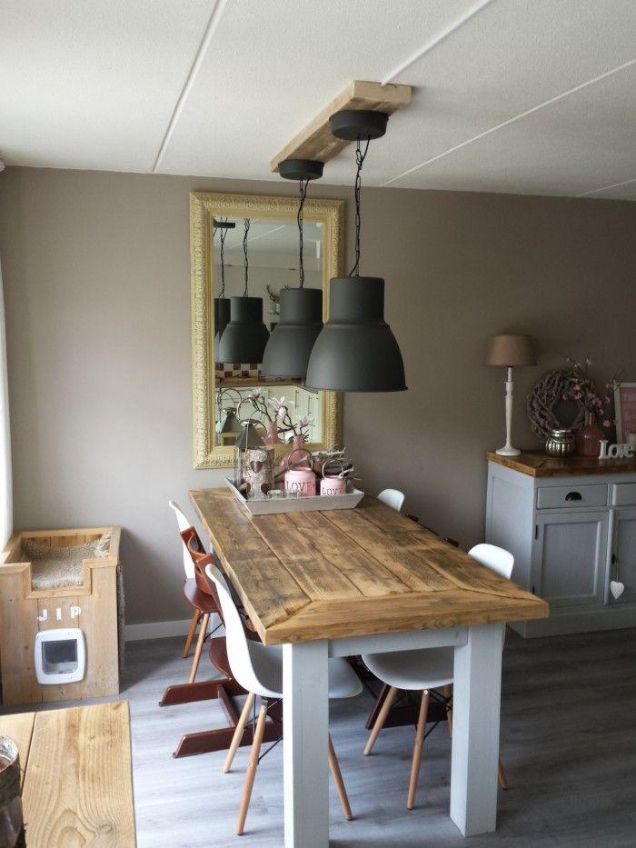 2 nieuwe lampen opgehangen met een balkje van steigerhout. Black Bedroom Furniture Sets. Home Design Ideas