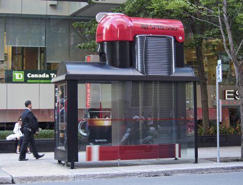 Pour faire la promotion de son nouveau produit, Nespresso a transformé des abribus canadiens en machines à café géantes