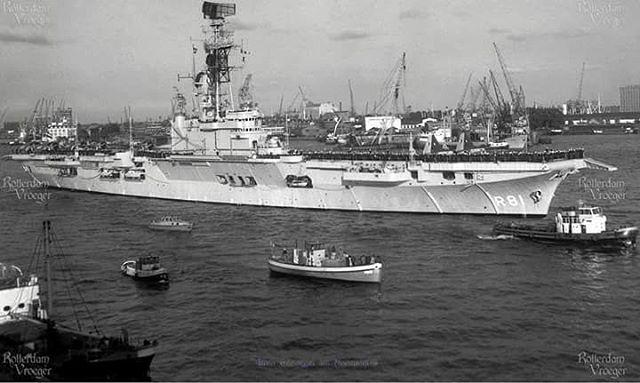 Vliegdekschip de karel doorman vaart de nieuwe mass af op web naar nieuw Guinea 30 mei 1960