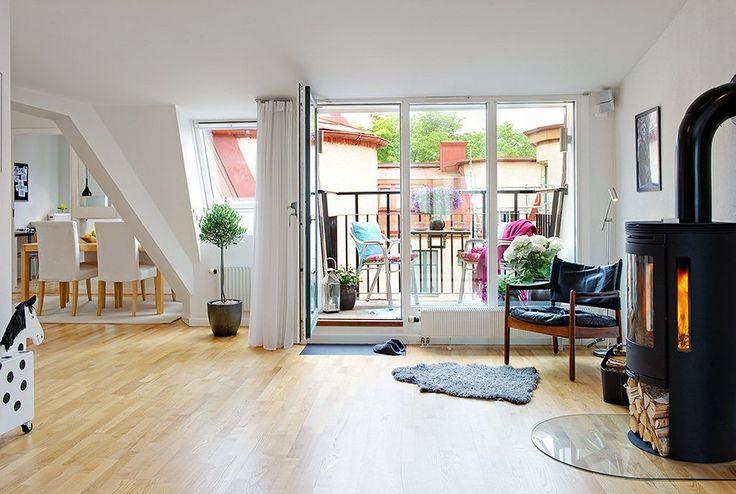 Просторные и уютные апартаменты в скандинавском стиле    Эта просторная и очень уютная квартира расположена на верхнем уровне семиэтажного дома, построенного еще в 1907 году в городе Гетеборг, Швеция. Ее площадь составляет 90 кв.м. и оформлена она в скандинавском стиле. Апартаменты представлены гостиной с камином и красивым балконом, плавно переходящей в столовую и кухню. За стеклянной дверью спроектирован небольшой кабинет, который предлагает проход к детской спальне. Хозяйская спальня…