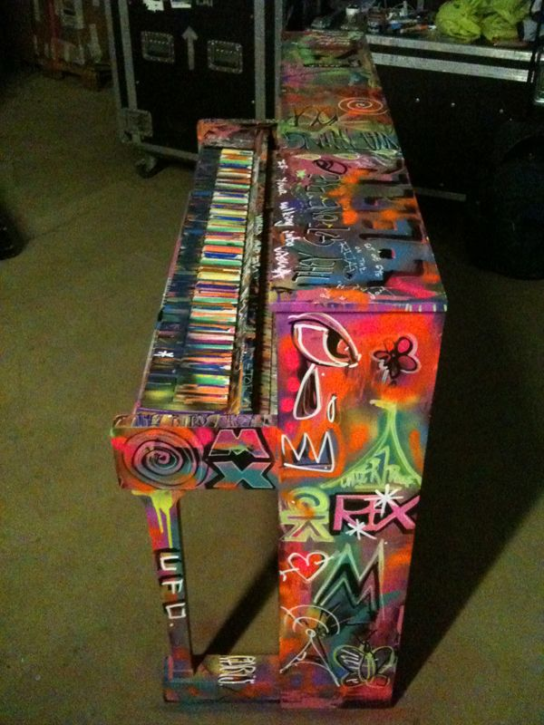 002 I love painting Piano's - Chris Martin's graffiti'd piano!