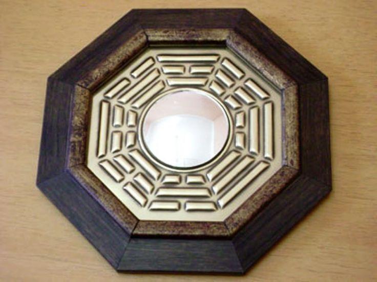 Quadro Bágua Espelho Convexo 1026 NT <br>Quadro Octal. c/símbolo.em metal e moldurado <br> Acompanha folheto explicativo dos 8 lados do baguá <br>Usado no Feng Shui para dar equilíbrio dos lares ,comércios empresas. Figura geométrica de oito lados, cada pessoa representa uma área de harmonização com os quatro elementos da natureza.:Terra,fogo ar,água . <br>Representado por trabalho, sucesso, relacionamentos, criatividade, amigos, espiritualidade, família e prosperidade. <br>Sua função é…