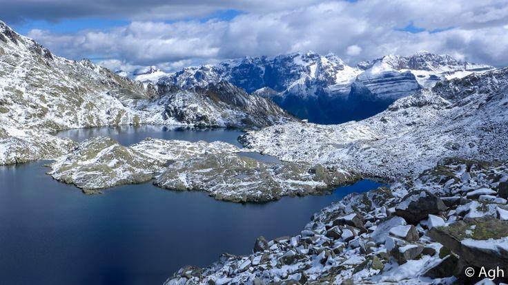 Brenta Occidentale visto dal Lago Gelato, nel Gruppo di (Presanella. La meravigliosa conca coi laghi di Serodoli, con paesaggi che ricordano la Norvegia, lontani dal casino degli impianti e piste di sci. Escursione abbastanza facile, partendo da Campiglio ● http://girovagandoinmontagna.com/gim/adamello-presanella/(gruppo-presanella)-giro-dei-5-laghi-alla-conca-dei-serodoli/