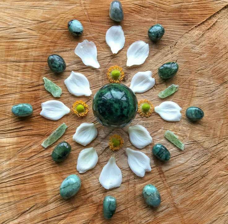 Emerald, Green Kyanite and Anemone petals and head  What I need to know is written on the sound of healing to accept  to love beyond °Woodlights Woudlicht