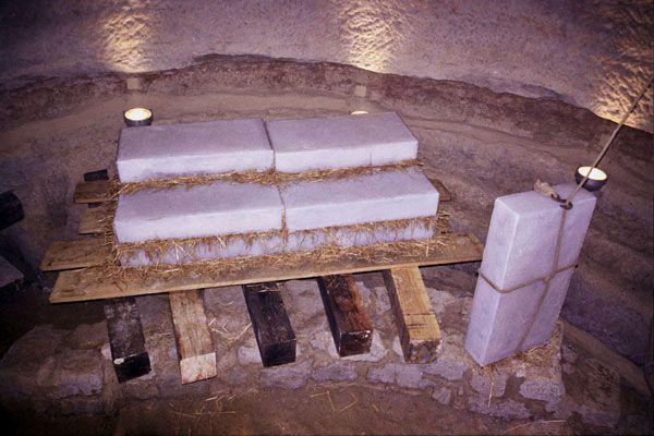 Realización de placas de hielo para simular el método de guardarlas antiguamente. Imitación de hielo en resina de poliéster. En colaboración con Castells de Cardedeu. Solsona, España, 2004 Artistas: TXTArte