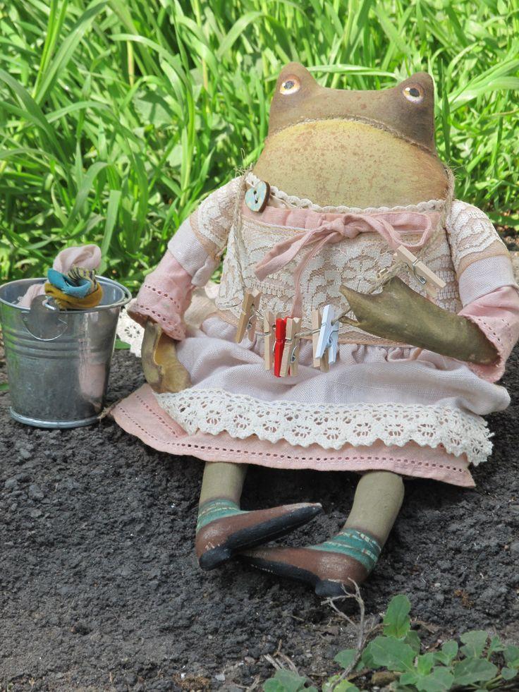 #ручнаяработа #handmade Знакомьтесь Марфуша! Лягуша Хозяюшка. Настиралась пошла вешать бельё пока солнышко светит! В поисках дома- 20 $