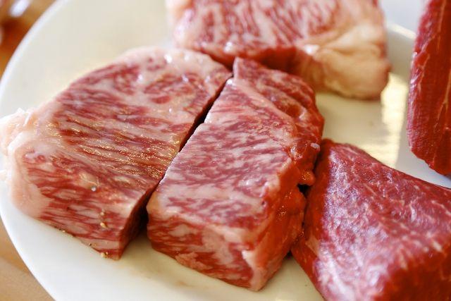 生の肉をよく見てください。牛・豚・鶏、どんな肉にも魚介類と違って、筋のような繊維が何本も走っていますよね? そもそも肉は「繊維のかたまり」といっていいほど、ミオシンやアクチンといった長く丈夫な筋繊維がたくさん含まれています。これらの筋繊維は加熱しても繊維がそのまま残るため、食感がかたい、繊維が歯のあいだに挟まって食べづらく感じたりします。これを解消するためには、繊維に対して直角に包丁を入れるのが正解。繊維を短く断ち切ることで熱の通りがよくなり、やわらかな食感で食べやすくなります。 牛・豚・鶏の切り方 大きなブロックで売られている牛肉は、まず繊維に沿って大きく肉を切り分けてから、繊維と垂直に細か…