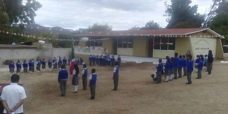 """Un día de fiesta se vivió en la Escuela Primaria """"José Vasconcelos"""" de San Martín Toxpalan donde después de varios años de recibir clases en aulas improvisadas con madera y lamina hoy podían estrenar sus aulas"""