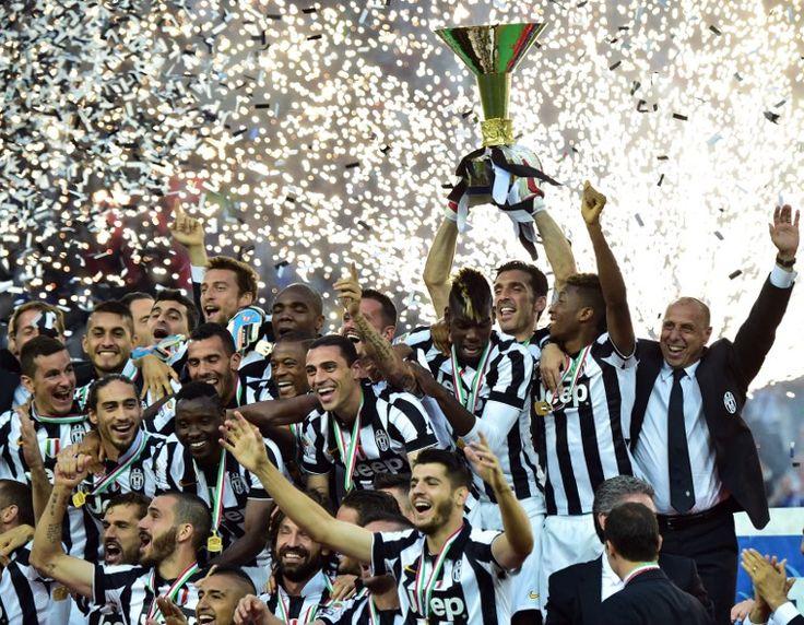 Juve-Napoli 3-1, i bianconeri festeggiano lo scudetto con i tifosi: le foto