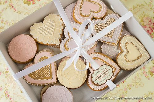 Gingerbread gift: hearts and roses. Handmade cookies at Sweet-and-Dreams.com.