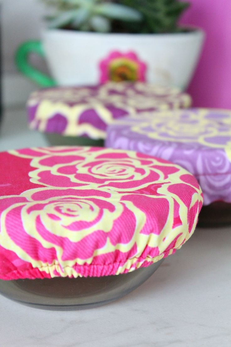 Reusable Fabric Bowl Cover sewing tutorial - Fabric bowl covers are less wasteful than plastic wrap to cover leftovers. Create a personalized fabric bowl cover so that you can tote your side dishes to potlucks andbarbecuesin style. Make your own customized fabric covers with this easy and quickbowl cover tutorial. #sewing #tutorial #fbowlcover