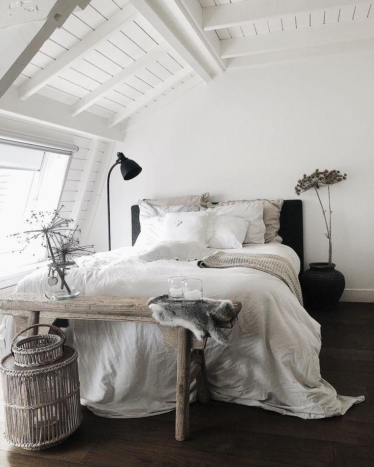 Natural Beauty! Schlichtes skandinavisches Interior kombiniert mit der wunderbar sanften Leinen-Bettwäsche Breeze aus Leinen und Baumwolle. Sie ist besonders angenehm auf der Haut und überzeugt zudem durch ihr natürliches Design. So steht einer entspannten Nachtruhe nichts mehr im Weg. // Schlafzimmer Ideen Bett Holz Skandinavisch Bettwäsche Teppich Hocker Deko Fell Bank Vase Beige Weiss Leuchte Lampe #Schlafzimmer #SchlafzimmerIdeen #Skandinavisch #Bett #Holz #Teppich @cbadesigns