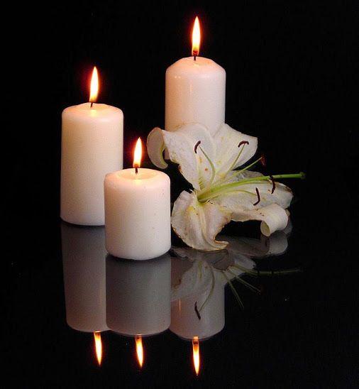 Белые свечи на черном фоне