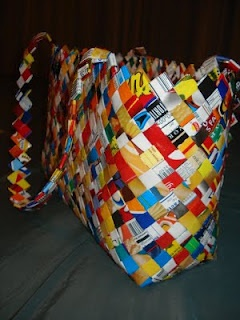 Purse made from candy wrappers!  I am actually making one right now from magazines!: Chip Bags, Potatoes Chips, Chips Wrappers, Chips Bags, Make A Purses, Purses Tutorials, Candy Wrappers Purses, Make Purses, Recycled Potatoes