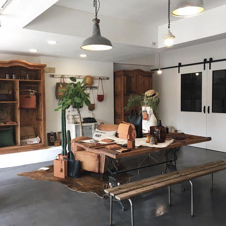 "113 Likes, 8 Comments - beMine. leather craft studio (@bemine_studio) on Instagram: ""- 봄맞이 쇼룸 대청소✨ welcome to leather jungle🌵 - #핸드메이드 #가죽공예 #가죽공방 #죽전공방 #handmade #leathercraft…"""