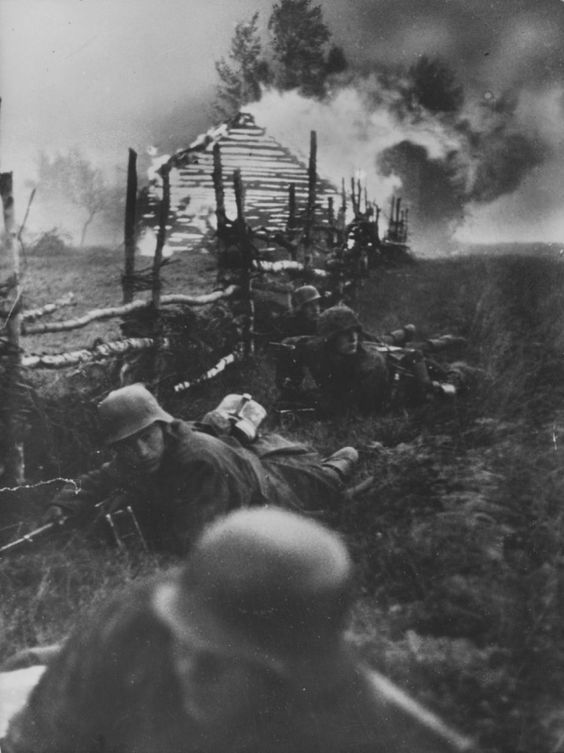 "Soldiers of the SS Division ""Reich"" during the battle near Elnya.:"