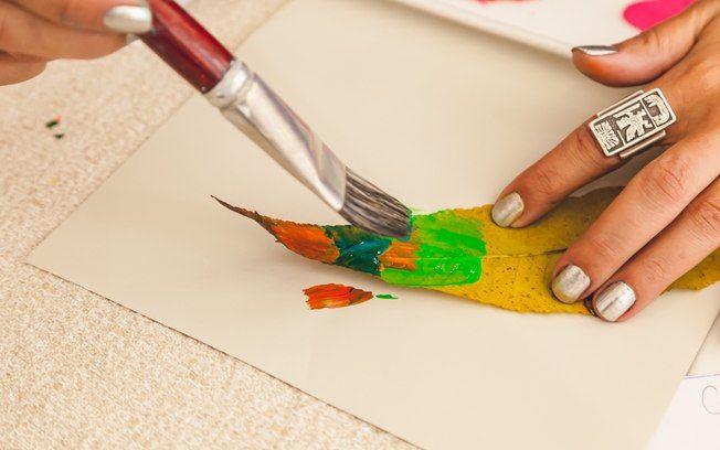 Com o pincel, aplique diferentes cores de guache na parte de trás das folhas, onde ficam as nervuras. Foto: Edu Cesar