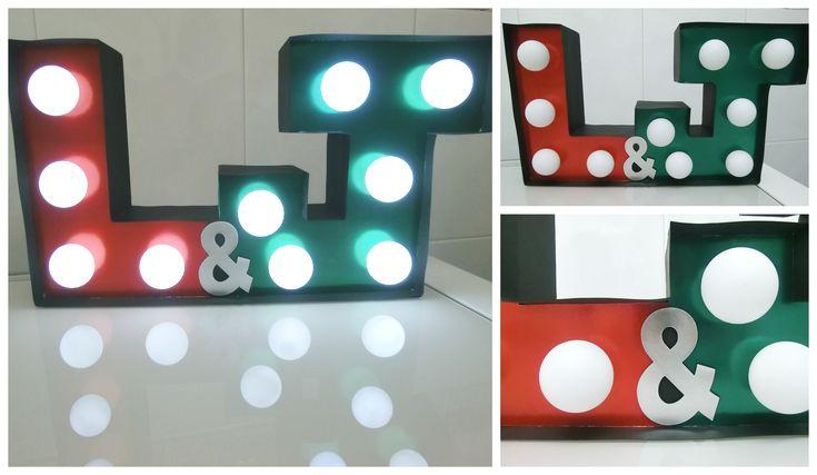 Iniciales iluminadas con luces LED