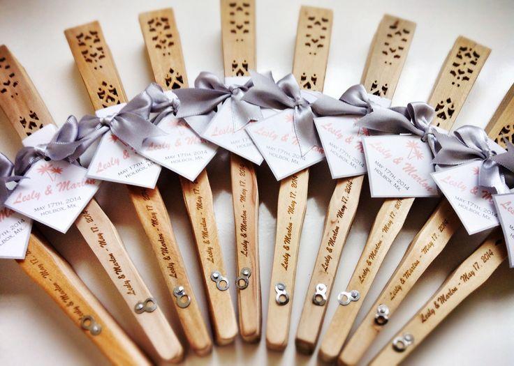 Bonitos ABANICOS D MADERA con grabado láser personalizado para recuerdos de boda / beautiful wood hand fan for wedding favors with engraved names, by The Perfect Gift & Decor