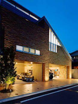 外観・ガレージ: 株式会社 t2・アーキテクトデザイン 一級建築士事務所が手掛けた庭です。