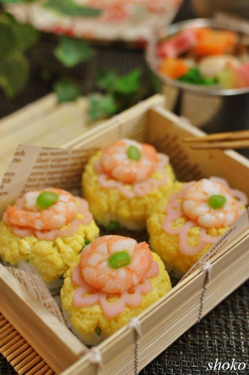 Bite-sized Sushi Bento Lunch (Shrimp, Flower-Shaped Lotus Root, Egg Soboro) © Shoko さんの弁当