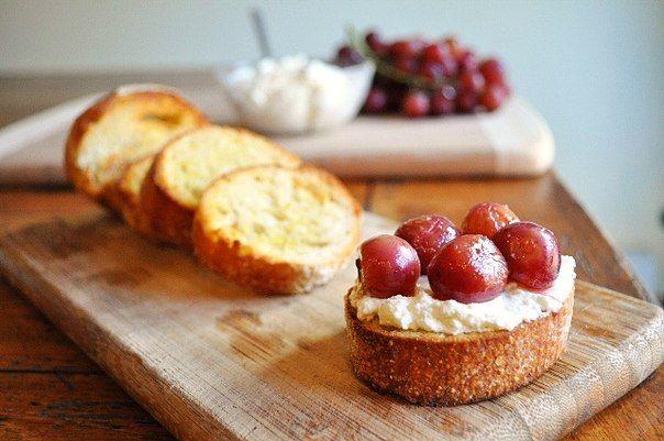 Закуска. Итальянские бутерброды кростини с рикоттой и виноградом » Кулинарные рецепты