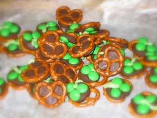 Shamrock Pretzels - so cute! Need to do this for st pattys day!